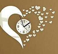 Часы настенные с декоративным зеркальным 3D оформлением в виде сердца из мини-сердечек