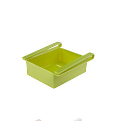 le réfrigérateur recevoir le contenu de stockage de boîte étagère dans la classification couleur aléatoire
